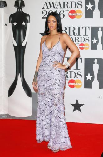 Brit-Awards-2016-Red-Carpet-rihanna